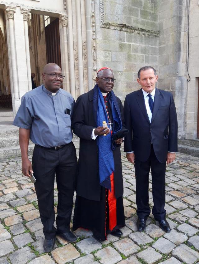 Le Cardinal Sara et le père Séraphin Yanogo Senlis